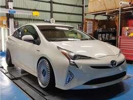 低車高車から大型外国車まで幅広く対応したフルフラットリフトを導入しております。
