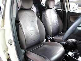 運転席シートに目立つ汚れやほつれ等はございません。