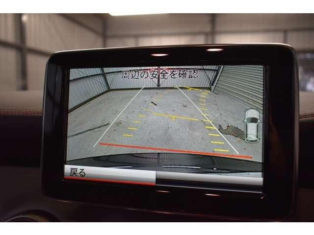 新型格納式バックカメラ搭載!縦列駐車のステアリング操作を自動で行うアクティブパーキングアシスト装備車輌!後退時にハンドルの切れ角から、進行方向を予測するガイドライン付きです。