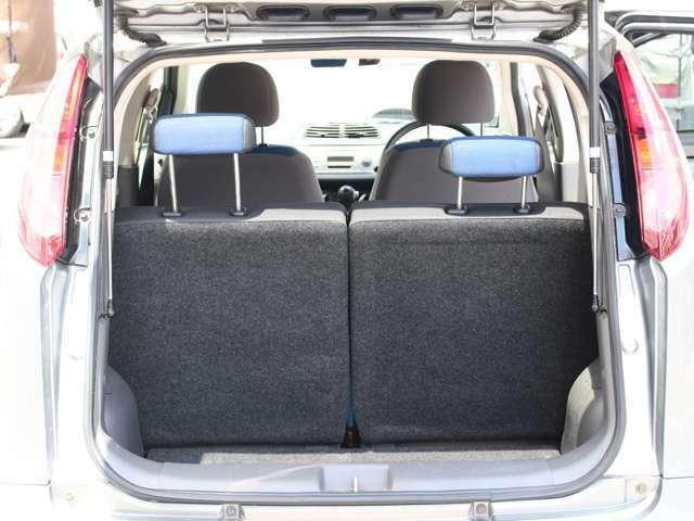 リヤシートは左右別々にスライドしますので、各自お好みのポジションがキープできます。