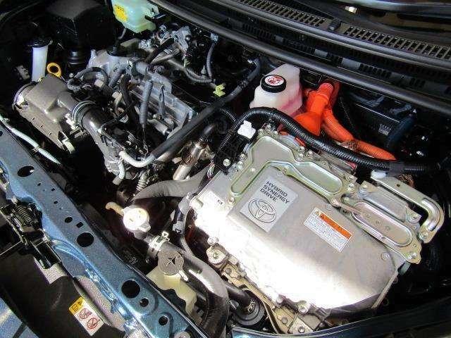 1,500ccのハイブリッドエンジンです。エンジンルームはボンネット裏からヒンジの奥まで油汚れを除去しています。