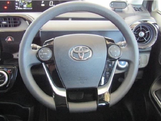 ステアリングスイッチ付きで、オーディオやマルチインフォメーションディスプレィの操作ができます。安全運転にも寄与した便利な装備です。