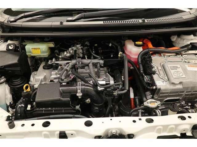 ボディやタイヤはもちろんエンジンルームまで洗浄する、まるまるクリンを施工しています。