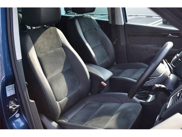 フロントシート。アルカンターラ&レザー素材のスポーツコンフォートシート。パワーシート(運転席、2ウェイ<リクライニング>)、シートヒーター(運転席/助手席)搭載。