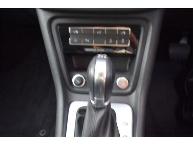 エンジンスタートボタン。マニュアルモード付6速DSGトランスミッションAT車。エレクトロニックパーキングブレーキ、オートホールド搭載。