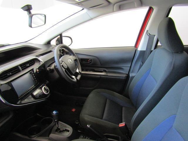 フロントシートは、大きなサイズで設計されていて着座位置はやや低めです。また、通気性が良く身体にフィットするモケットシートで長時間のドライブにおける負担を軽減します。