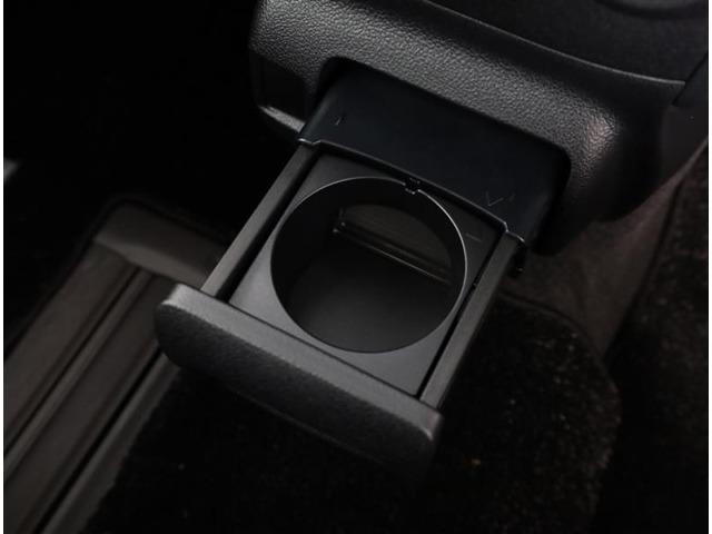 カップホルダーです。 長い間乗っていると沢山置く場所が欲しくなりますよね。 缶ジュースを開けて運転していると振動で倒れないかヒヤヒヤしちゃいますよね。 意外に無いと困る装備ですよね。