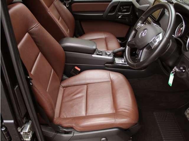 使用感の少ないとっても綺麗なチェストナットブラウン本革シート!メモリー機能付パワーシート&シートヒーターも装備しております。