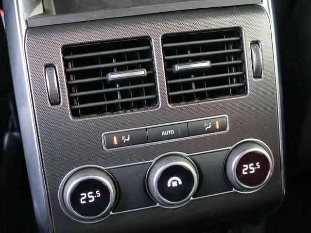 後部席からも操作可能な4ゾーンエアコン搭載!後部座席に座られる方もエアコンの温度調整や風量を変更することができるので、より快適にドライブを楽しむことができます。