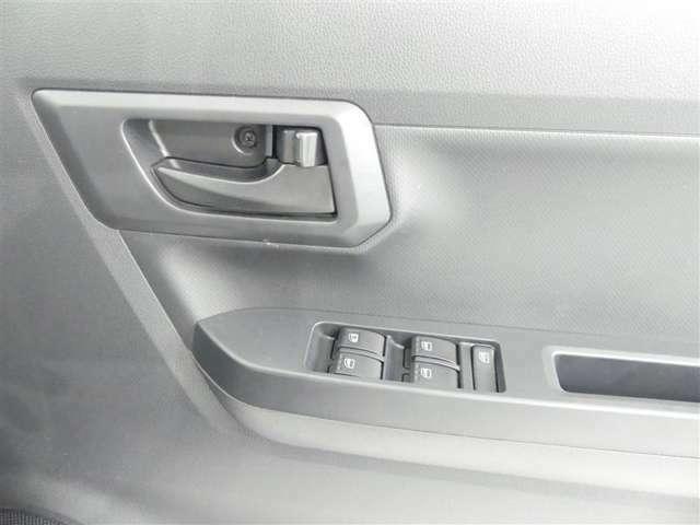 パワーウインドウ運転席はAUTOで指を放しても際上段または最下段まで動きます。