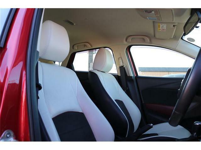 ホワイトレザーシートです。運転席パーワーシート付です。シートポジションを簡単に調整できます。