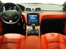 インテリアは、カーボンインテリアトリム、カラードバックレスト、シートヒーター、シフトパドルが装備され、スポーティーな走りの楽しみと快適性を両立。