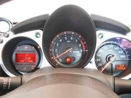 昼夜を問わず視認性に優れたファインビジョンメーター採用。瞬間燃費や平均燃費、メーター内ディスプレイに走行可能距離なども表示するドライブコンピューター搭載。
