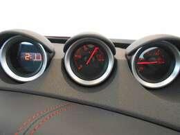 Zといえば3連メーター、左から時計・電圧計・油温計となっています。