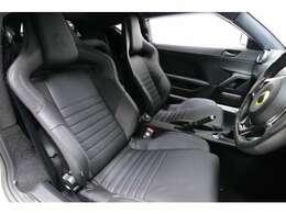 パワーステアリング付、チルト&テレスコピックステアリング、ブラックフルレザーステアリングホイール。高級感のある内装です。前席のシートは、リクライニングします。