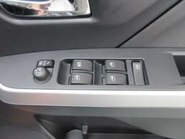 パワーウインドウスイッチが運転席ドアに集約されています☆ドアミラーはキーフリーシステムのドア施錠に連動して自動的に格納してくれる、オート格納機能付きミラーです♪乗降時のミラー操作の手間が省けて便利!