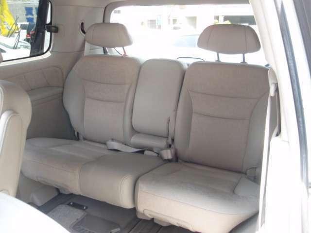 サードシートは3名乗車シート。大人の方が2名でもゆったりとくつろげる空間です。