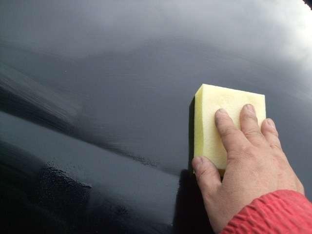 Aプラン画像:ガラスコートをボディに丁寧に塗っていきます。