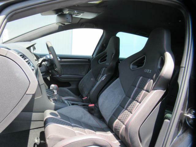 (運転席助手席)専用のスポーツバケットシートを装備しております。ホールド感が高いのでスポーティなドライビングが楽しめます。