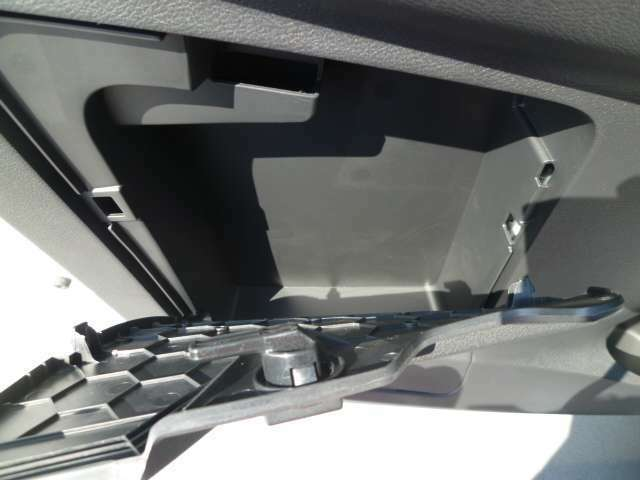 助手席のドアトリムに車検証入れがあります。