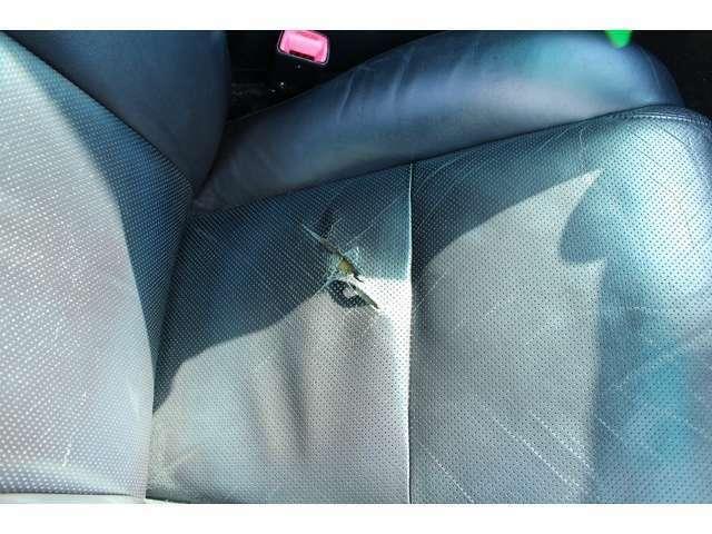運転席側シート敗れあります。