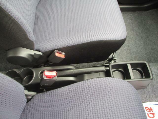 運転席と助手席の間にある【ドリンクホルダー】リヤシートからも使えますよ♪