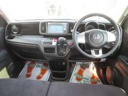 ベンチシートなので運転席から助手席への移動が可能。