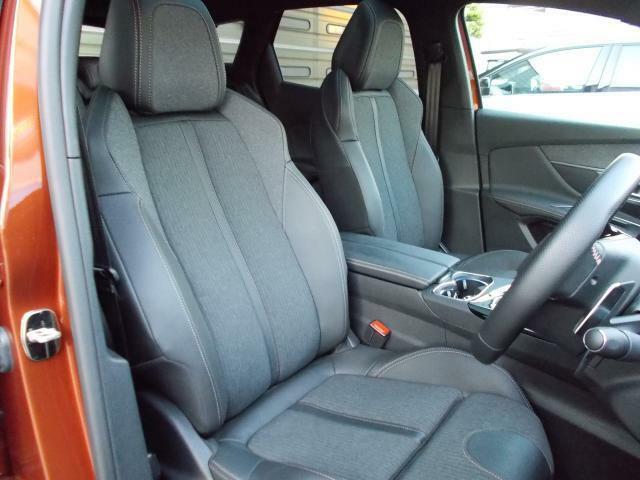 ロントシート テップレザー/ファブリックシート 運転席メモリー付電動シート&マルチポイントランバーサポート/フロントシートヒーター装備(ファーストクラスパッケージ)