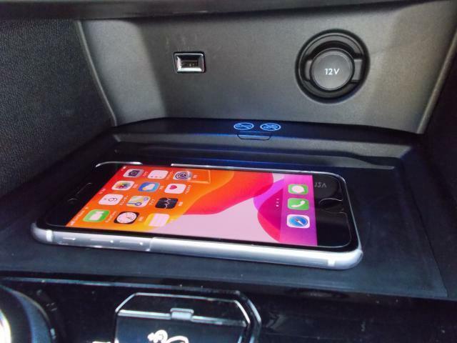 ワイヤレス充電器 ワイヤレス充電規格Qiに適合したスマートフォンなどを置くだけで充電できます。 USBポート&12V電源ソケット装備