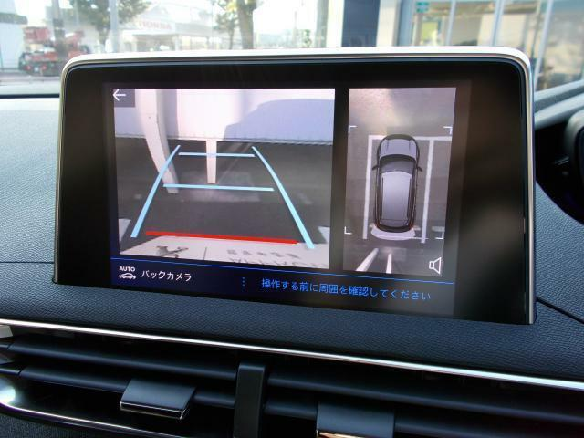ワイドバックアイカメラ 車両後方の状況をタッチスクリーンに映し出します。距離や角度が確認できるガイドラインと俯瞰映像で停車状況が正確に把握できます。