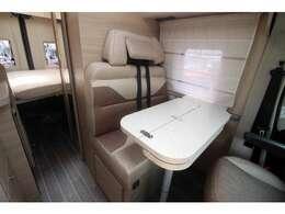 オシャレで美しい家具は、イタリアメーカーならでは。ダイネットテーブルは、さまざまなシーンに応じて、大きさを変えることができます。