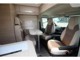運転席・助手席が回転します。床がフラット仕様なので、運転席・助手席も含め室内を広く使うことができます。