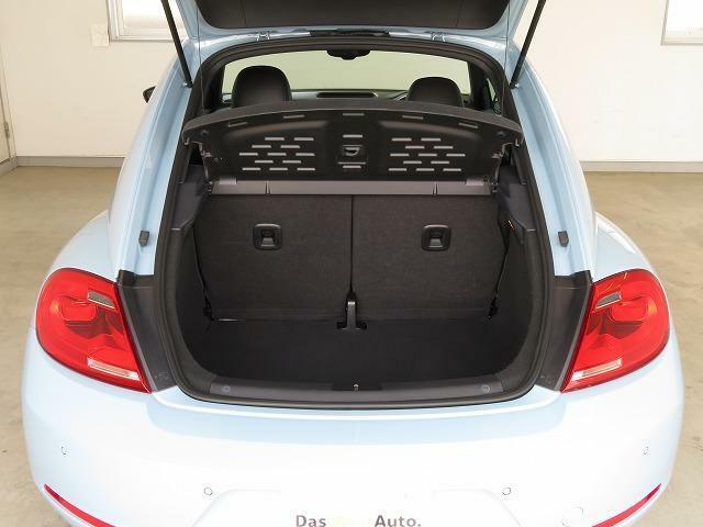 310Lの容量を確保。分割可倒式の後席シートの背もたれを倒せば950Lもの大容量スペースを確保できます。