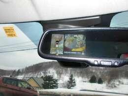"""""""インテリジェントアラウンドビューモニター""""を装備!上から見下ろす感覚で駐車をアシスト! 映像はルームミラーに映ります。 (対応のナビを取り付けるとナビ画面に映ります。)"""