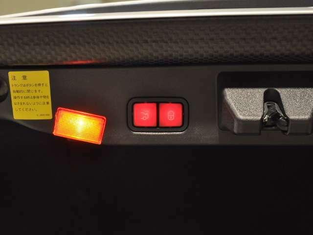 トランクは電動式なので開閉も楽々♪