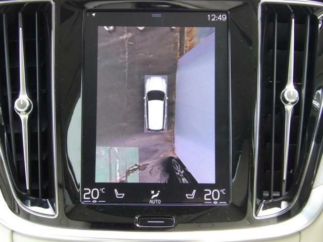 360°ビューカメラは駐車枠や周囲の車両との位置関係が一目瞭然で駐車をサポートしてくれるだけでなく、車両直近の死角を減らして安全性を高める装備。ステアリング切り角に連動した進路予測線も表示されます。