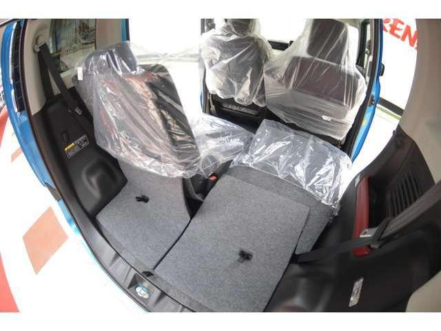 低床&大開口で積み降ろしがしやすい荷室開口部。リヤシートは、荷室側からもワンタッチで折りたためる左右独立式でシート背面と荷室フロアは、汚れに強い防汚仕様だから拭き取りやすくて安心です。