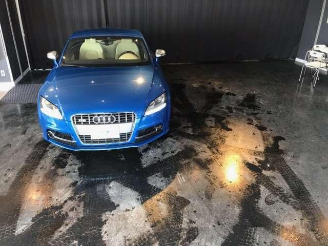 アナタが乗り込むのを待つ・・スプリントブルーパールエフェクトカラーの『Audi exclusive TT Sクーペ』が居る生活・・・贅沢で楽しく、充実した時間・・・ステイタス・・・そんな余裕が羨ましい・・・。