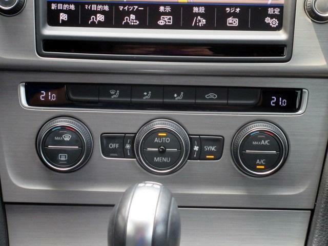 運転席、助手席の温度設定が独立している2ゾーンオートエアコンです。