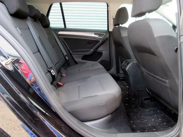 後部座席も質感高く、快適なシートで広々としています。