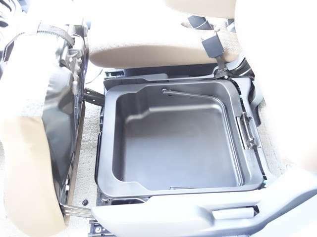助手席シートの座面を開けると収納があります。