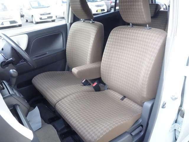 運転席 助手席の様子 運転席には身長に関係なくポジションを取る事の出来るシートリフター装備