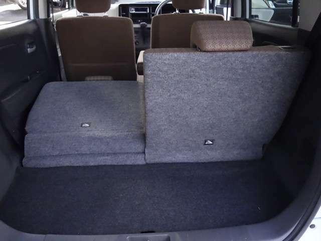 後席シートは左右分割して倒すことが出来ます。