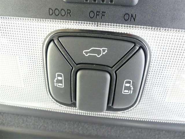 後ろのドアはスイッチで開閉可能なパワーバックドア付き、更に左右のスライドドアも、電動で開閉いたします♪