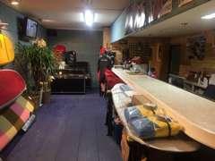 海を感じさせる落ち着いた雰囲気の店内ではサーフボードも展示。