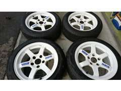 乗用車のタイヤもオートバイのタイヤも販売、取り付けいたします。