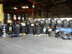 軽自動車からミニバン・セダン・輸入車と各種タイヤを豊富にラインナップしております。ご予算に合わせた提案も行ってます!