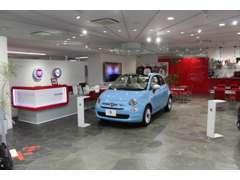 赤と白を基調とした落ち付いたショールームにてごゆっくりお車をご覧いただけます。