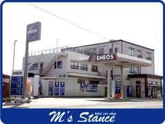 ENEOSのスタンドが目印です。当店はガソリンスタンドも併設しております!