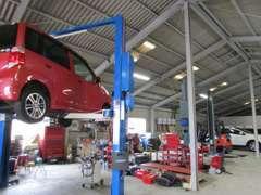 お客様の大切なお車をこちらの工場でしっかり整備・修理させていただきます。